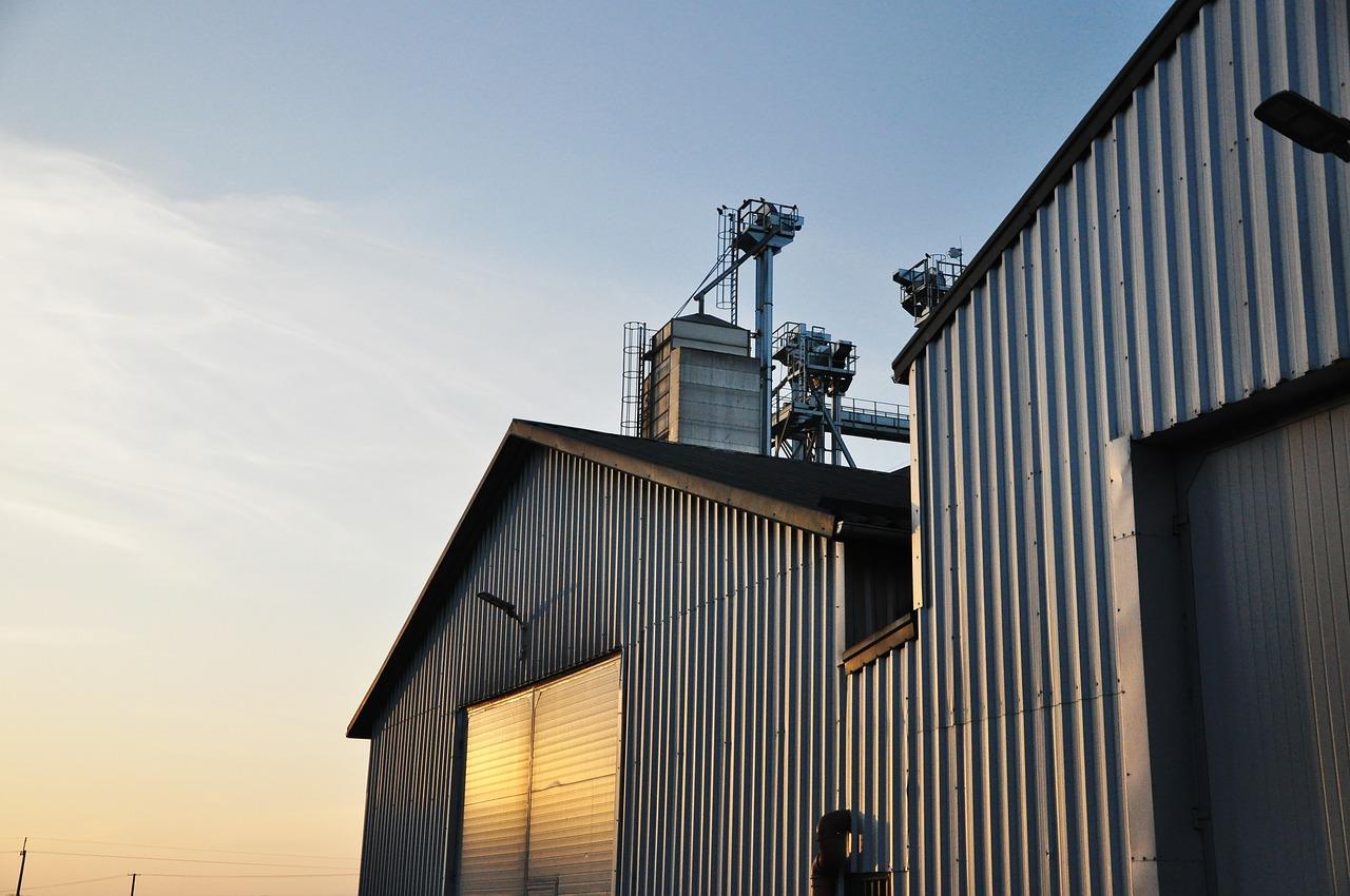 Budowa hali produkcyjnej – montaż hal stalowych